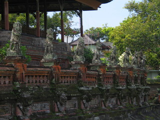 Bali. Templo hindu con estatuas balinesas