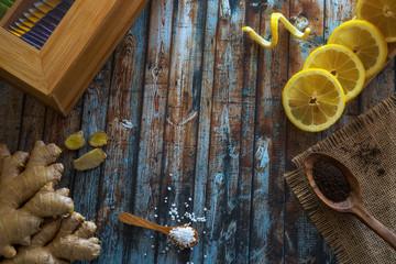 Tee, Ingwer und Zitrone auf Holzuntergrund