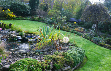 Gartenanlage im Herbst
