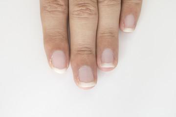 爪の伸びた男性の指