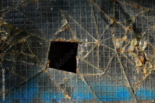 Zerbrochene Fensterscheibe aus Drahtglas\
