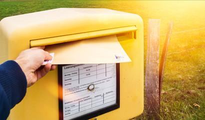 Brief in Briefkasten einwerfen