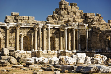Photo sur Plexiglas Ruine Ruins of the ancient city of Side and the Amphitheatre photo