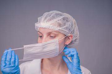 Enfermeora colocando a máscara protetiva, conceito de saúde.