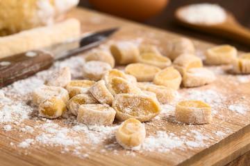 Csipetke traditionelle ungarische hausgemachte Suppennudeln zubereitet aus Mehl, Salz und Ei, fotografiert mit natürlichem Licht (Selektiver Fokus, Fokus ein Drittel in das Bild)