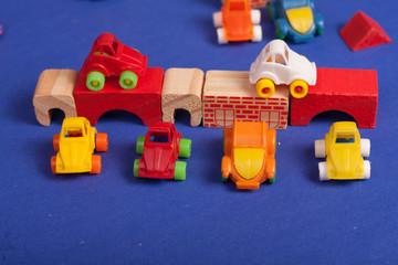carros de brinquedo plástico e brinquedos de madeira