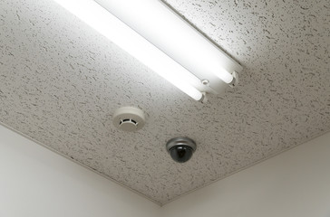 オフィスの天井 防犯カメラ 照明ベースライト 火災報知器