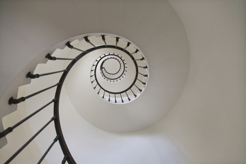 Foto op Aluminium Spiraal Escalier en spirale dans un phare vue de dessous