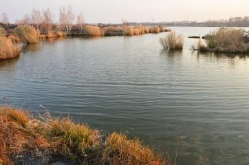Озеро Yaoquan в национальном геоарке в Удалянчи на севере Китая поздней осенью