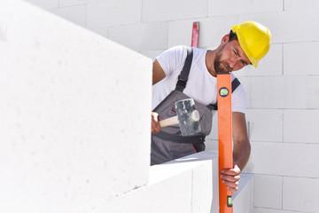 Maurer beim Hausbau - errichten des Rohbaues // house construction by craftsmen
