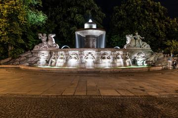 Wittelsbacher Brunnen am Lenbachplatz in München bei Nacht