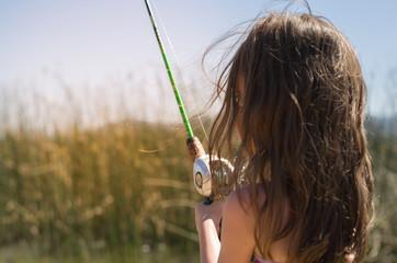 Crianças pescando no lago