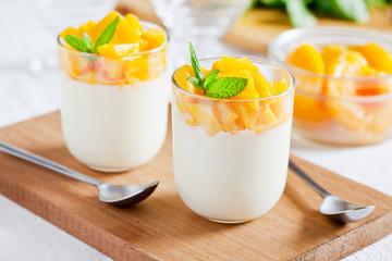Montage in der Fensternische Desserts Glasses Of Yogurt With Poached Peach
