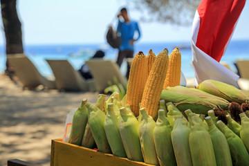Verkaufsstand mit frischen Maiskolben am Strand auf der Insel Trawangan, Gili Islands (Indonesien)