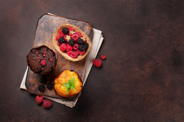 Muffins with berries and mint