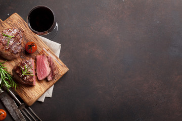 Grilled fillet steak with wine