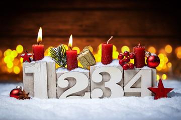 Zweiter Advent Kerzen mit Zahlen dekoriert weihnachten Aventszeit schnee holz hintergrund lichter bokeh / second sunday advent
