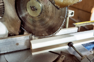 Circular saw for cutting close up