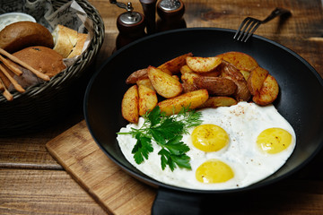 Fried eggs with potatoes