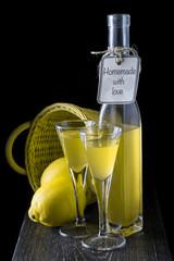 Limoncello italiano o licor de aguardiente de limón