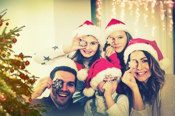Familie unterm Weihnachtsbaum