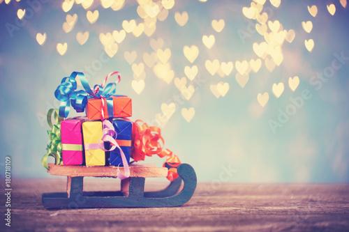 bunte weihnachtsgeschenke auf holzschlitten stockfotos und lizenzfreie bilder auf. Black Bedroom Furniture Sets. Home Design Ideas