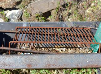 Barbecue a legna  arrugginito e abbandonato