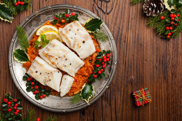 Photo sur Aluminium Poisson Christmas fish. Roasted cod pieces, served in vegetable sauce.