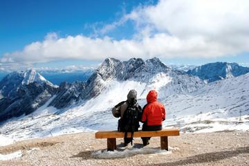 Aussicht für zwei Personen auf schneebedecktes Bergpanorama