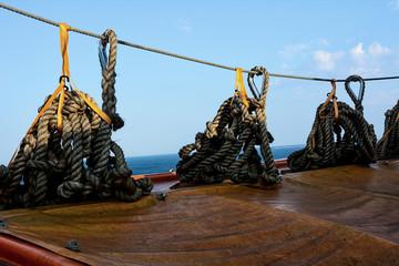 Taue an einer Leine aufgehängt auf einem Schiff