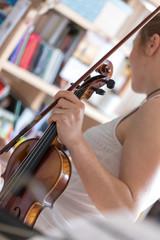 Junge Frau hält Geige und Bogen in der Hand, Geigenunterricht