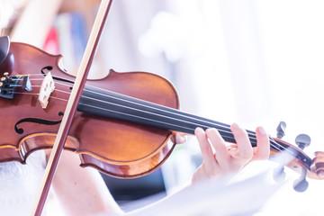 Junge Frau spielt auf Geige, Notenständer