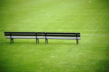 Trainerbank am Fußballfeld  / Eine Trainerbank steht am Rand eines Fußballfeldes in einem Fußballstadion.