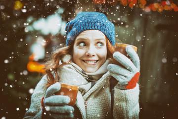 weihnachtsmarkt frau mit mütze und tasse