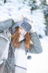 rothaarige frau im schnee
