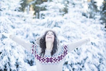 fröhliche Frau im winter