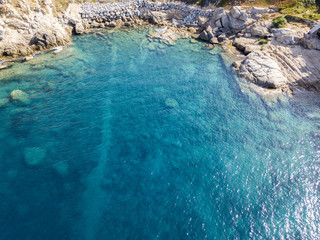 Vista aerea di scogli sul mare. Panoramica del fondo marino visto dall'alto, acqua trasparente