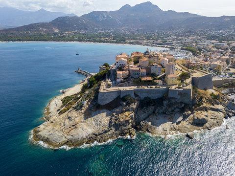 Vista aerea della città di Calvi, Corsica, Francia. Mura della città, scogliera a picco sul mare