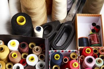 Bobine e rocchetti di filo colorati per sarta