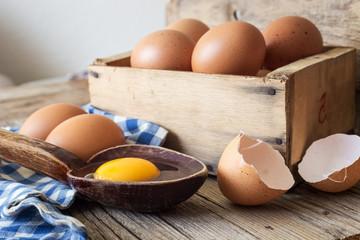 Kaşık içinde yumurta sarısı ve kabukları