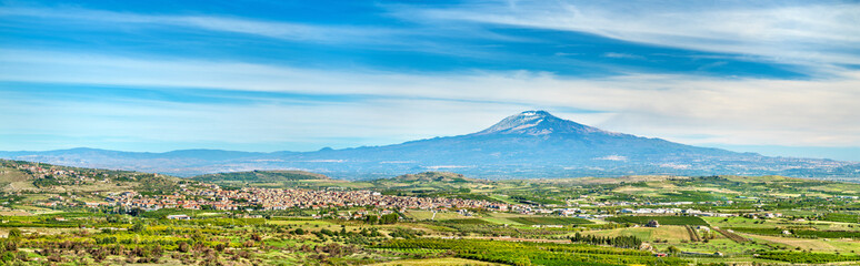 Spoed Fotobehang Blauw Panorama of Sicily with Mount Etna and Scordia town. Italy