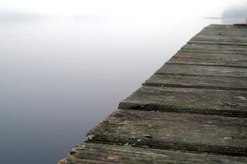 drewniany pomost nad jeziorem