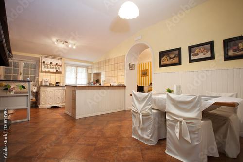 sala da pranzo con cucina a vista\