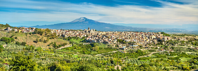 View of Militello in Val di Catania with Mount Etna in the background - Sicily, Italy Fototapete