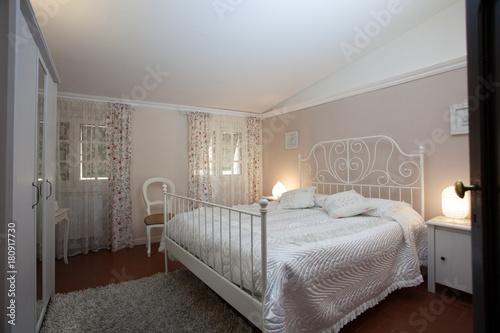 camera con letto in ferro battuto\