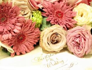 結婚式の招待状と花束、ウエディングのイメージ