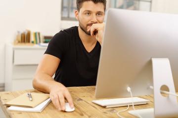 kreativer mann arbeitet am computer