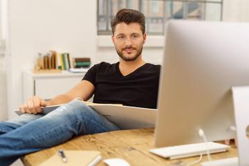 mann sitzt entspannt am computer