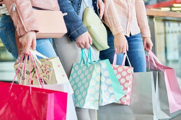 Drei Frauen mit vielen Einkaufstüten