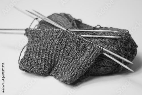 Socken stricken - Stricknadeln mit dunkelgrauer Wolle \